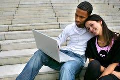 夫妇膝上型计算机纵向年轻人 免版税库存图片