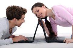 夫妇膝上型计算机 库存照片