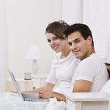 夫妇膝上型计算机 免版税库存图片