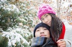 年轻夫妇自已在冬天 免版税库存图片