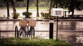 夫妇自行车在雨中 图库摄影