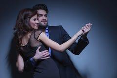年轻夫妇舞蹈和神色 免版税库存照片