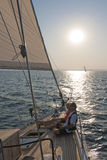 夫妇航行游艇 免版税库存图片