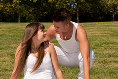 夫妇草爱关系空白年轻人 免版税库存照片