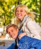 年轻夫妇获得一个乐趣在公园 免版税库存照片