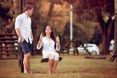 夫妇获得乐趣在公园秋天 免版税图库摄影