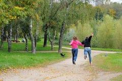 夫妇获得乐趣在公园 图库摄影