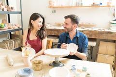 夫妇获得乐趣在瓦器日期期间在车间 免版税库存图片