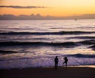 夫妇获得乐趣当太阳上升 免版税库存照片