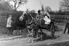 1901年夫妇葡萄酒照片在马车和手推车的 图库摄影