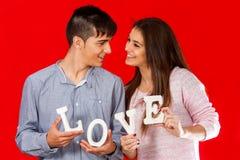 年轻夫妇藏品块情书。 库存图片