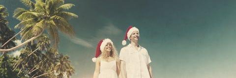 夫妇蜜月圣诞节帽子热带海滩概念 免版税库存图片