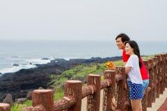 夫妇被放置对篱芭在海滩附近 免版税库存图片