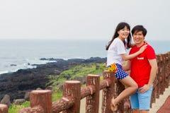 夫妇被放置对篱芭在海滩附近 库存图片