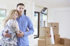 年轻夫妇被迫通过财政问题移动在家 库存照片