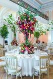 夫妇装饰玩偶玻璃被倒置的表婚礼 花美丽的花束在ta的 库存图片