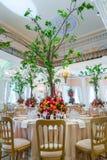 夫妇装饰玩偶玻璃被倒置的表婚礼 花美丽的花束在ta的 库存照片