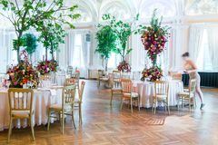 夫妇装饰玩偶玻璃被倒置的表婚礼 花美丽的花束在ta的 免版税库存照片