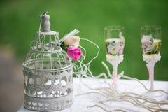 夫妇装饰玩偶玻璃被倒置的表婚礼 婚礼装饰 图库摄影