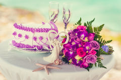 夫妇装饰玩偶玻璃被倒置的表婚礼 意想不到的晚餐甜点 免版税库存图片