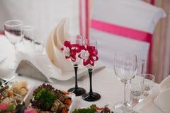 夫妇装饰玩偶玻璃被倒置的表婚礼 免版税库存图片