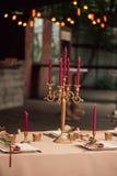夫妇装饰玩偶玻璃被倒置的表婚礼 免版税图库摄影
