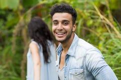 年轻夫妇西班牙男人和妇女走的热带森林假日愉快的微笑的暑假 免版税库存图片
