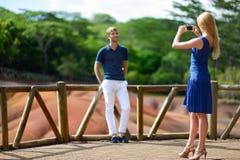 年轻夫妇观光的Chamarel色的地球 免版税库存照片