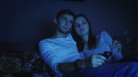 夫妇观看的电视节目在暗室 影视素材