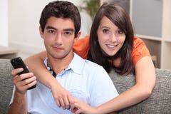 夫妇观看的电视 免版税图库摄影