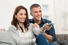 夫妇观看的电视 免版税库存图片