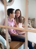 夫妇视窗年轻人 免版税库存图片