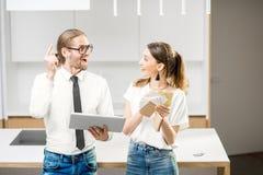 夫妇计划家内部在厨房里 免版税库存图片
