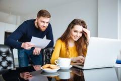 夫妇计算的票据在家 免版税图库摄影
