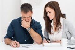 夫妇计算的预算 库存图片