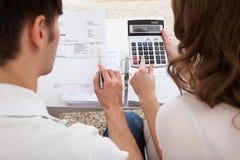 年轻夫妇计算的预算 库存图片
