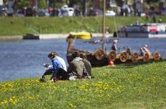 年轻夫妇认为北欧海盗出现在河的船 免版税图库摄影