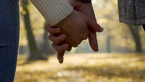 夫妇让去他们的在慢动作,关系,分离的结尾的手 股票录像
