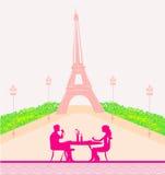 夫妇调情的人和饮料香槟在巴黎 免版税库存照片