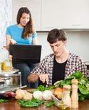夫妇谈论新的食谱 免版税库存图片