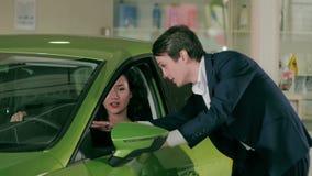 年轻夫妇谈论车的购买 股票录像