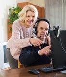 夫妇谈话与网上某人 免版税库存图片