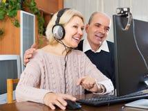 夫妇谈话与网上某人 图库摄影