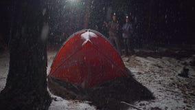 夫妇谈话与eachother在野营的多雪的晚上 股票录像