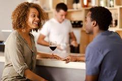 夫妇谈话在酒吧 免版税库存图片