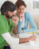 夫妇财务计划斟酌他们 免版税图库摄影