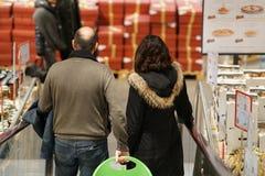 夫妇购物在超级市场 免版税图库摄影