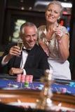 夫妇赌博的轮盘赌表 免版税库存照片