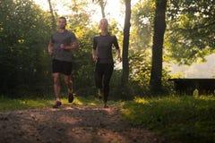 夫妇赛跑者连续城市公园 库存图片