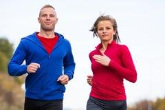 夫妇赛跑,跳跃室外 免版税库存图片